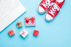 Vita dator och deckare med gåvor Royaltyfria Foton