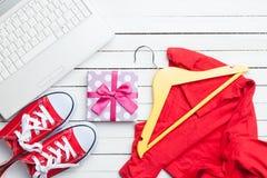 Vita dator och deckare med kläder Arkivbild