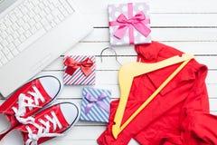 Vita dator och deckare med kläder Arkivbilder