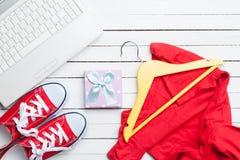 Vita dator och deckare med kläder Fotografering för Bildbyråer