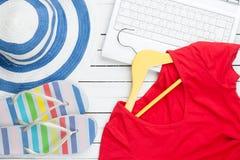 Vita dator- och flipmisslyckandeskor med kläder Arkivfoton