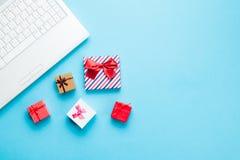 Vita dator och gåvor Royaltyfri Foto