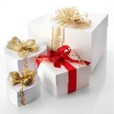 Vita dekorativa gåvor inklusive hjärtor Arkivfoto
