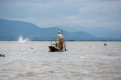 Vita del pescatore sul lato del fiume nel lago Inle, lo Stato Shan, Myanma immagine stock libera da diritti