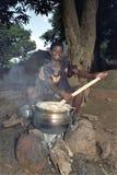 Vita del villaggio con la cottura della giovane donna del Ghana Immagini Stock Libere da Diritti