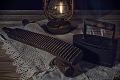 Vita del villaggio Vecchi oggetti per lavare e rivestire di ferro alla luce della lampada di cherosene Fotografia Stock Libera da Diritti