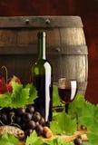 Vita del vino rosso ancora con il barile Fotografie Stock Libere da Diritti