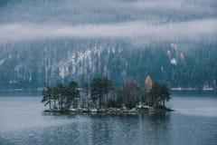 Vita dell'isola sul lago Eibsee Fotografie Stock