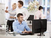 Vita dell'ufficio - gente di affari di funzionamento Fotografie Stock Libere da Diritti