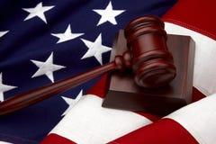Vita della bandiera americana e del martelletto ancora Immagine Stock