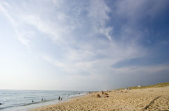 Vita della spiaggia su una spiaggia occupata immagine stock libera da diritti