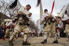 Vita demaskerade mummers för Surva Kukeri karneval Royaltyfria Bilder