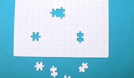 Vita detaljer av ett pussel på grön bakgrund Ett pussel är en puz Royaltyfria Foton