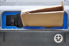 Vita di carta del cartone su un recipiente di plastica Ricicli ecologia Immagini Stock