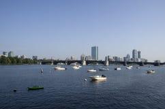 Vita di città di canottaggio del fiume di Boston fotografie stock