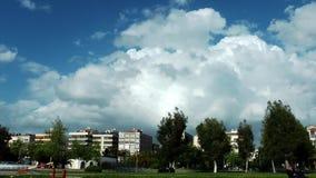 Vita di città a Smirne ed il cielo nuvoloso archivi video