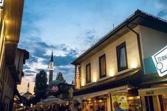 Vita di estate della via a Sarajevo Immagine Stock Libera da Diritti