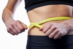 Vita di misurazione dell'atleta femminile, controllante i risultati degli allenamenti attivi Fotografie Stock