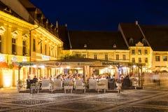 Vita di notte nel centro storico di Sibiu Fotografie Stock Libere da Diritti