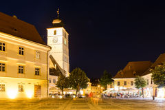 Vita di notte nel centro storico di Sibiu Fotografie Stock