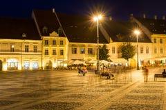 Vita di notte nel centro storico di Sibiu Immagine Stock Libera da Diritti