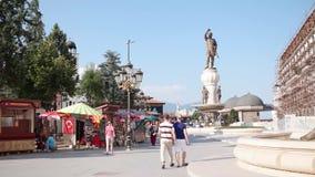 Vita di tutti i giorni al centro urbano di Skopje stock footage