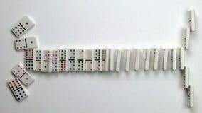 Vita dominobrickategelplattor som faller i den raka linjen saktad rörelse arkivfilmer