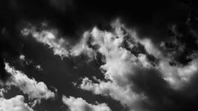 Vita driftiga dramatiska moln för svart & lager videofilmer