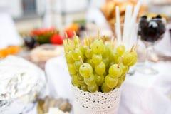 Vita druvor på toothstick på ett bröllopparti arkivfoto