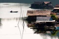Vita e barca con la casa di galleggiamento immagini stock libere da diritti