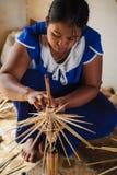Vita e lavoro rurali della gente birmana per produzione fatta a mano immagini stock libere da diritti