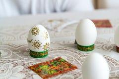 Vita easter ägg med guld- stjärnor Royaltyfri Bild