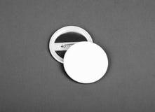 Vita emblem beklär och drar tillbaka sikt på en grå bakgrund royaltyfri foto