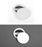 Vita emblem beklär och drar tillbaka sikt på en vit- och grå färgbakgrund Arkivfoton