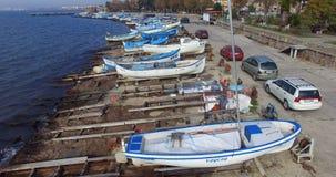 Vita färger för blått och av Black Sea fiskebåtar i Pomorie, Bulgarien Arkivbild