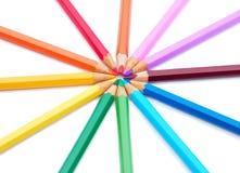 vita färgglada blyertspennor för bakgrund Royaltyfri Foto