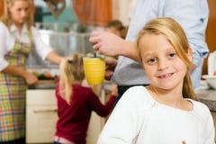 Vita familiare - bambini che fanno il lavoro del banco Immagine Stock