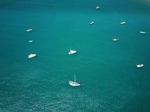 Vita fartyg i blått vatten Royaltyfri Bild