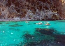 Vita fartyg i det blåa havet av ‹sardinia för †med imponerande föreställning vaggar arkivbilder