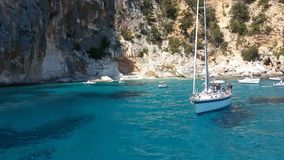 Vita fartyg i det blåa havet av ‹sardinia för †med imponerande föreställning vaggar Royaltyfri Foto