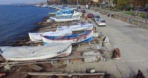Vita fartyg på den gamla fiskepir i Pomorie, Bulgarien Royaltyfri Foto