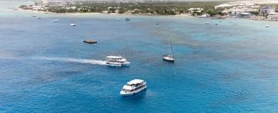 Vita fartyg på det blåa havet Arkivfoto