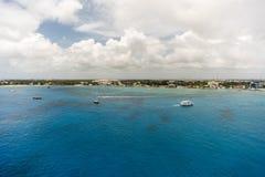 Vita fartyg på det blåa havet Arkivbild