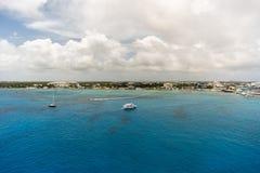 Vita fartyg på det blåa havet Arkivbilder