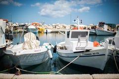 Vita fartyg på pir Arkivfoton