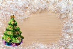 Vita frostiga filialer med snö, julgranen för grönt exponeringsglas och kopieringsutrymme på naturlig färglös träbakgrund Royaltyfria Bilder