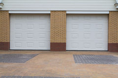 Vita garagedörrar Royaltyfri Foto