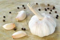 Vita garlics och svartpeppar. Royaltyfri Foto