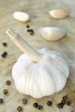 Vita garlics och svartpeppar. Royaltyfria Foton
