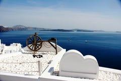 Vita garneringar på vita byggnader, Santorini, Grekland Fotografering för Bildbyråer